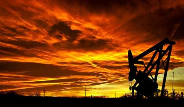 Coucher de soleil sur un champ pétrolifère (c) Justin Vidamo